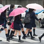 日本(にほん)のコメディアン、女子高校生(じょし こうこうせい)の制服(せいふく)を盗(ぬす)み逮捕(たいほ)。