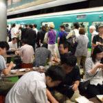 駅(えき)のホームが酒場(さかば)に 大阪(おおさか)中之島駅(なかのしまえき)